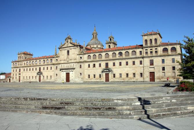 Una pista polideportiva con tecnología del siglo XXI en un colegio del siglo XVI