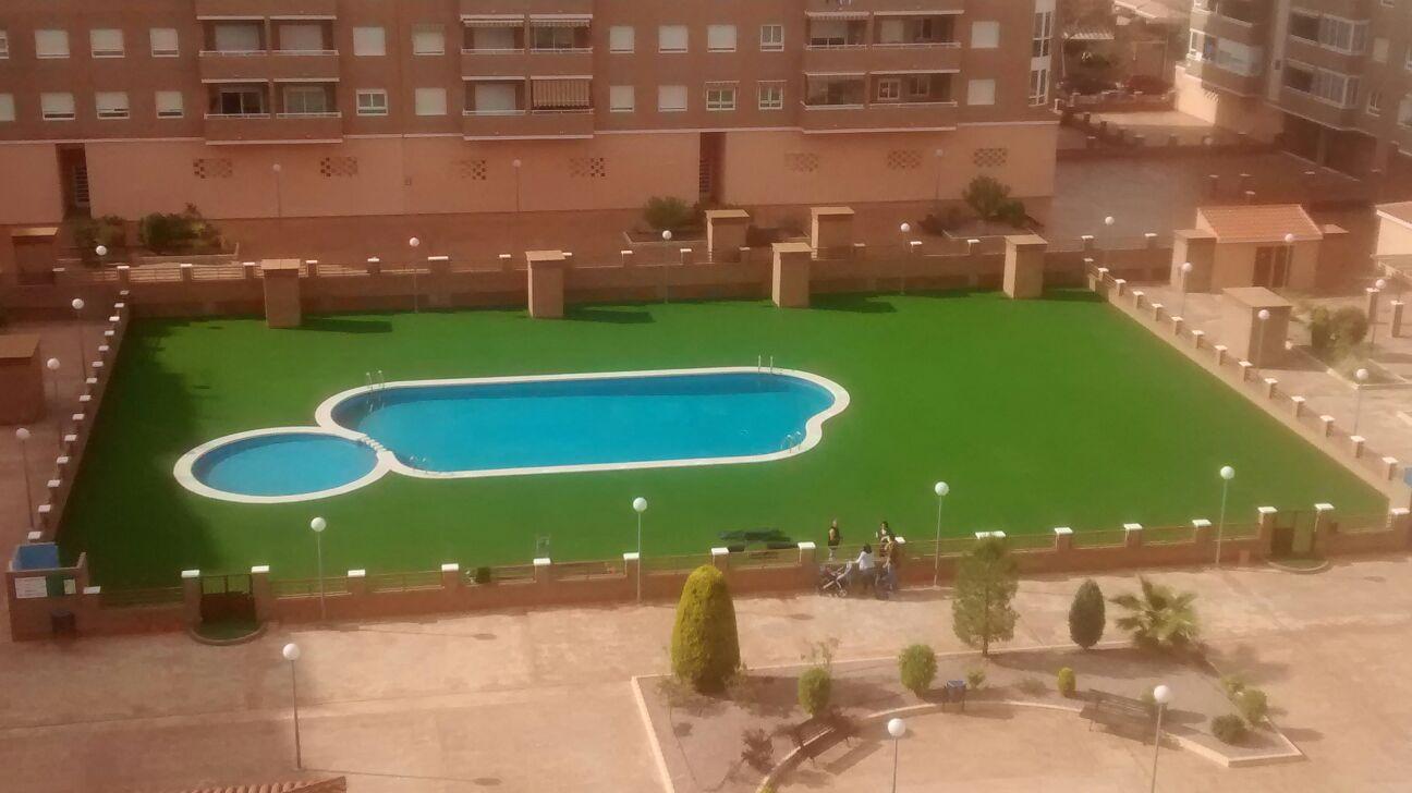 Instalación de cubierta de césped artificial en piscina de Comunidad de Propietarios en San Vicente