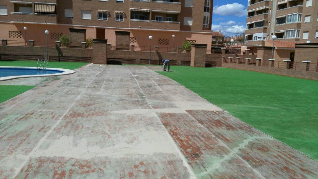 Instalaci n de cubierta de c sped artificial en piscina de - Cesped artificial piscinas ...
